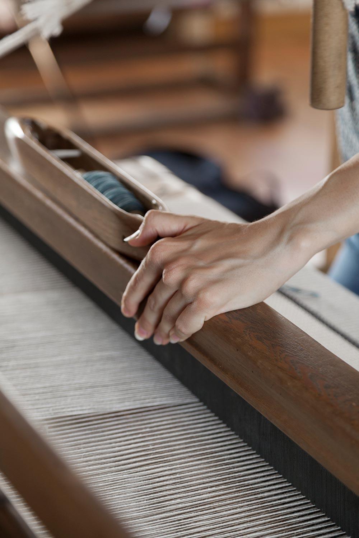 Krisztina Vandor's hand while weaving
